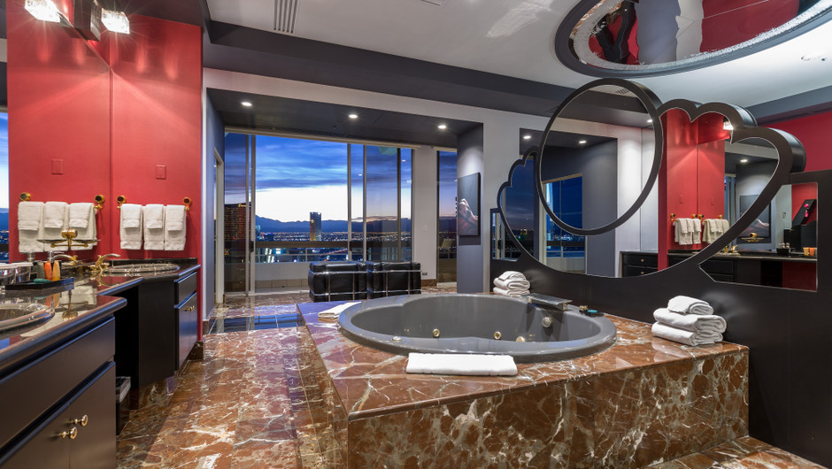 Hot Tub with city views - Westgate Las Vegas