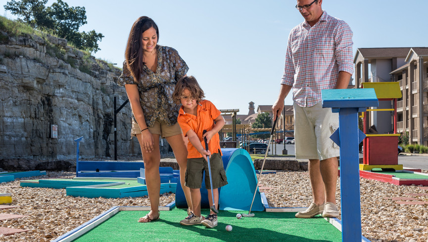Overview Branson Table Rock Lake Resort at Emerald Pointe | Family Enjoying Mini Golf