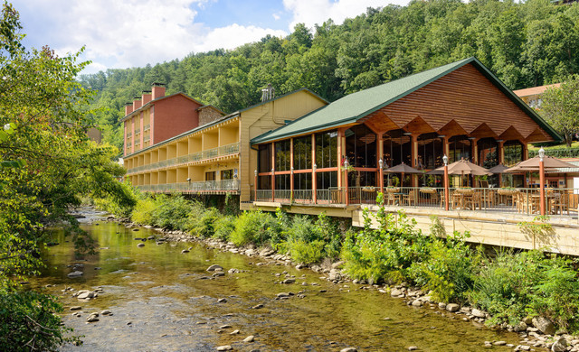 Shuttle Service to Our Gatlinburg Resort near the Smoky Mountains | Riverside Accommodations