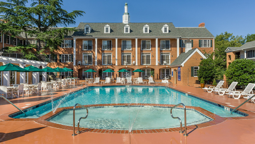 Exterior building and pool of Westgate Historic Williamsburg Resort