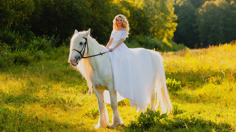 Bride On Horseback | Bride Guide: 6 Vintage Country Wedding Theme Ideas Right From the Ranch! | Westgate River Ranch