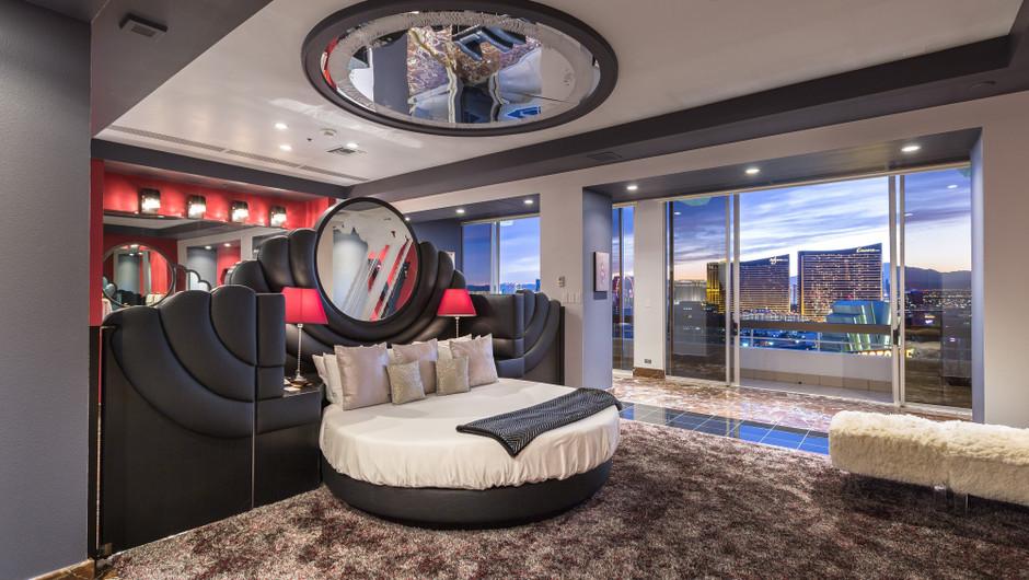 Bedroom with city views - Westgate Las Vegas