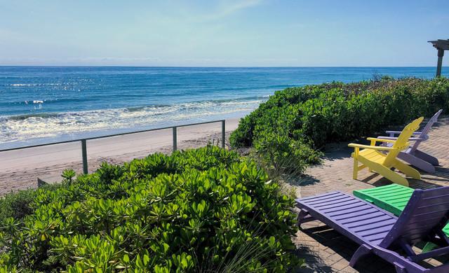 Lounge chairs facing the ocean - Sea View Inn