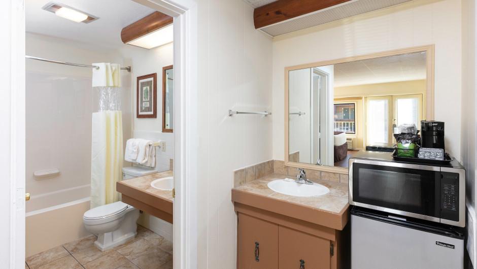 Bathroom in Signature Queen Guestroom | River Terrace Resort
