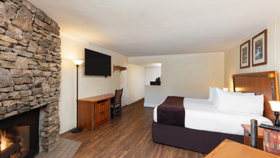 River View King Guestroom | River Terrace Resort